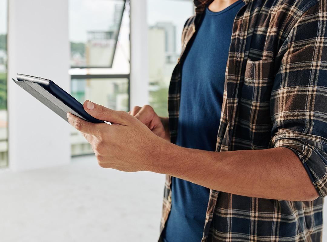 kundenerlebnisse_0000_unrecognizable-worker-using-tablet-pc-H3PN9FX